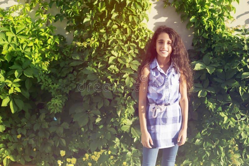 Belle jeune fille sur le fond vert en parc photo libre de droits