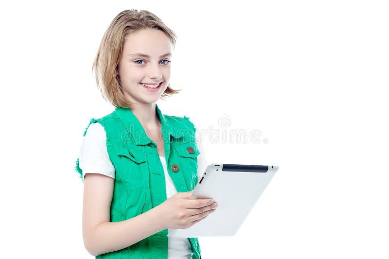 Belle jeune fille tenant le PC de comprimé photo stock