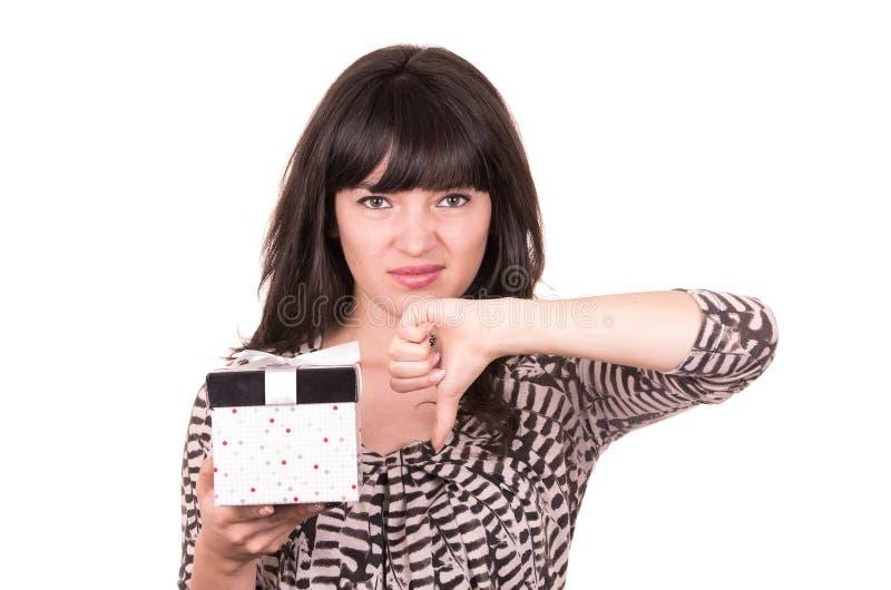 Belle jeune fille triste jugeant le présent enveloppé dans une boîte photographie stock libre de droits
