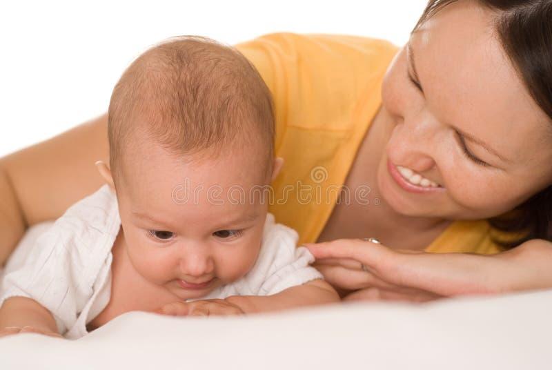 Belle jeune fixation heureuse de maman nouveau-née images stock