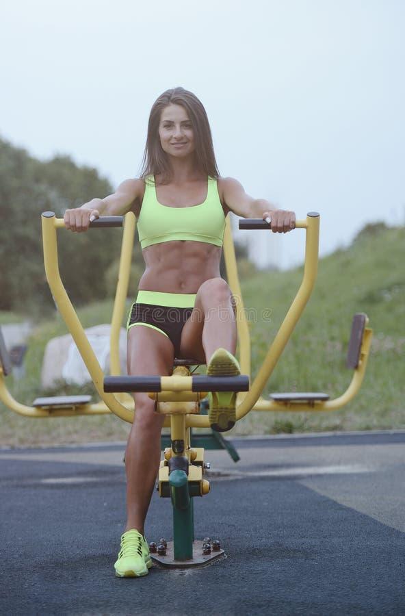 Belle jeune formation caucasienne musculaire sportive forte de séance d'entraînement de femme de forme physique de sport en plein photographie stock libre de droits