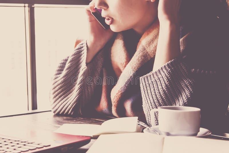 Belle jeune introduction au clavier indépendante de femme d'affaires l'ordinateur portable dans un café Concept à distance de tra photo stock