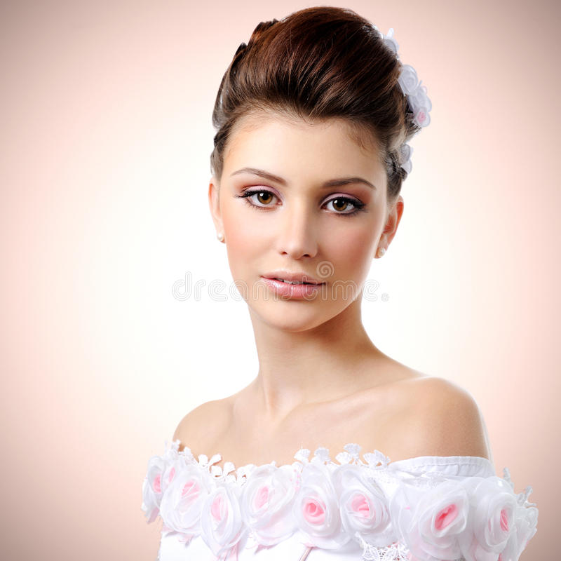 Belle jeune jeune mariée photo libre de droits