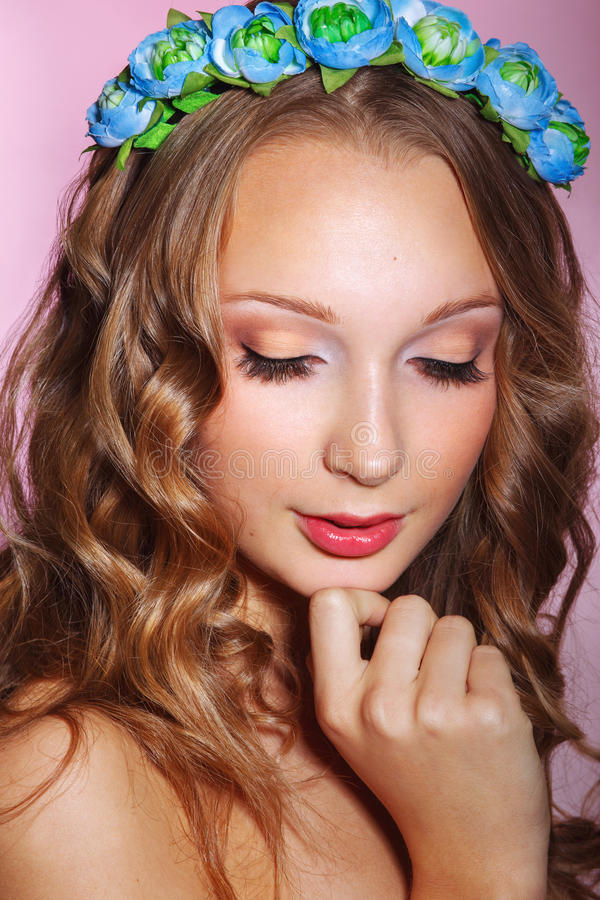 Belle jeune jeune mariée avec un ornement floral dans ses cheveux Beau femme touchant son visage Concept de la jeunesse et de soi image stock