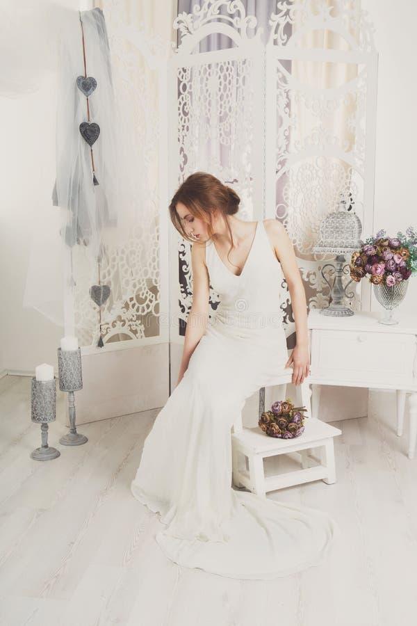 Belle jeune jeune mariée dans la robe de mariage de vintage photos libres de droits