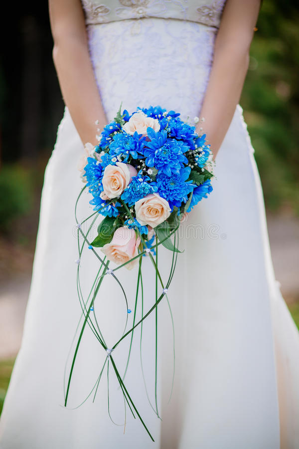 Belle jeune jeune mariée de brune dans une robe de mariage blanche avec des rideaux, bouquet Ukraine de participation photos stock