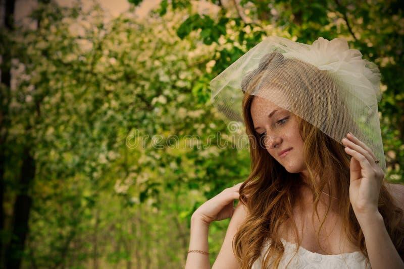 Belle jeune jeune mariée rousse en nature image libre de droits