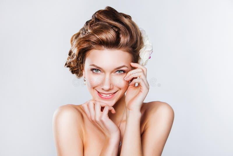Belle jeune jeune mariée souriant sur le fond blanc photographie stock libre de droits