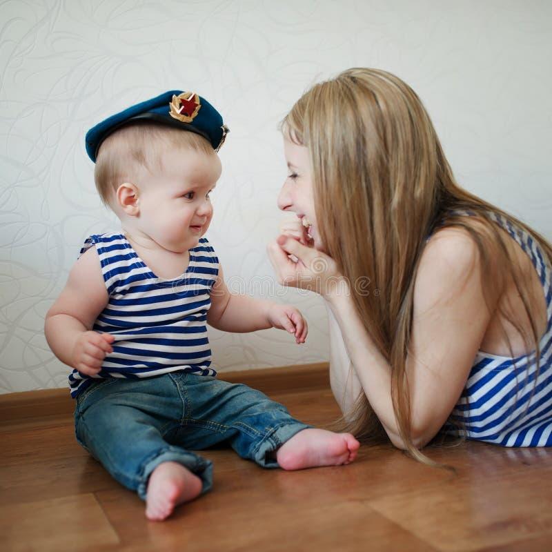 Belle jeune mère avec le bébé photographie stock
