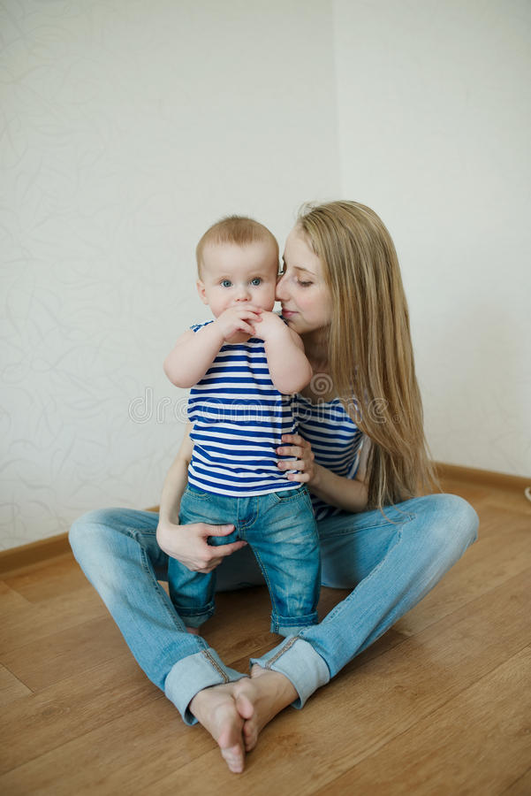Belle jeune mère avec le bébé photo stock