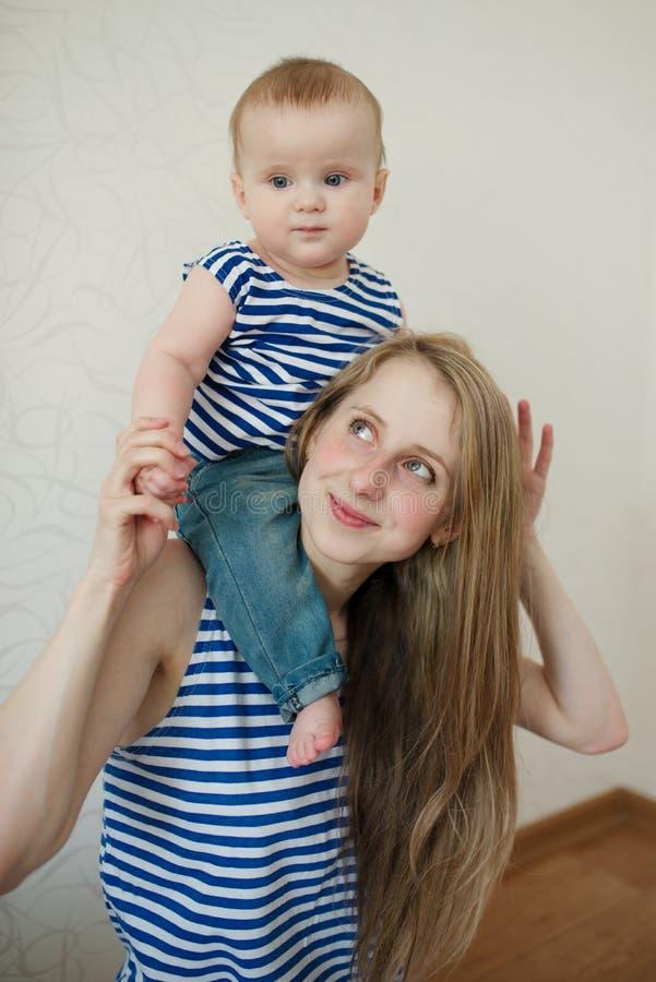 Belle jeune mère avec le bébé photos libres de droits