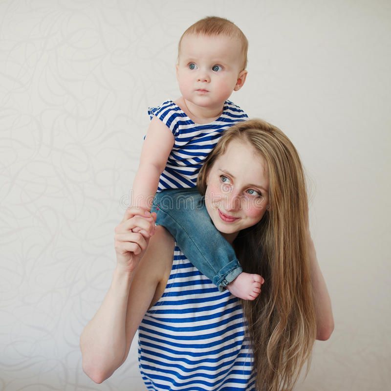 Belle jeune mère avec le bébé photo libre de droits