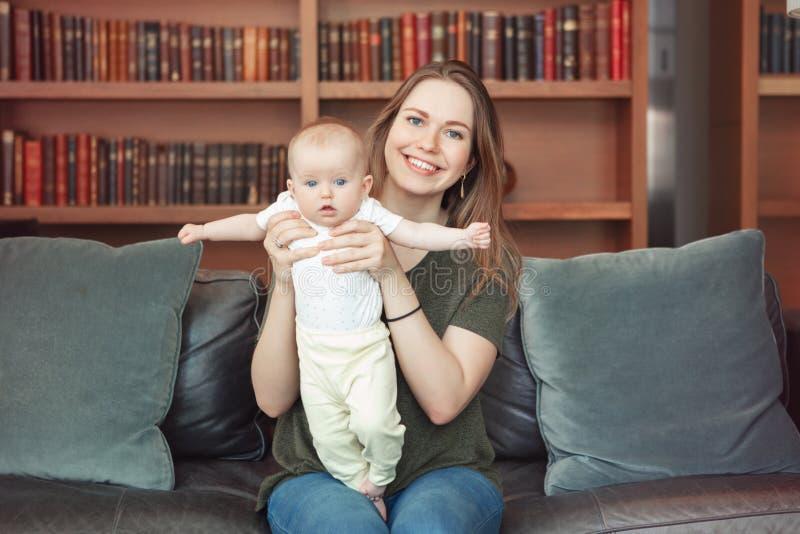 Belle jeune mère caucasienne blanche de sourire de femme tenant l'enfant adorable mignon de fille de bébé garçon images libres de droits