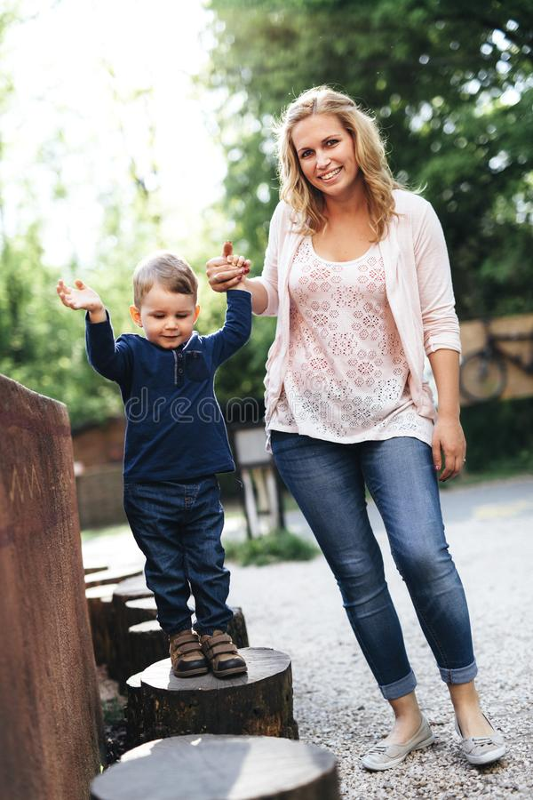 Belle jeune mère et son enfant tenant des mains image libre de droits