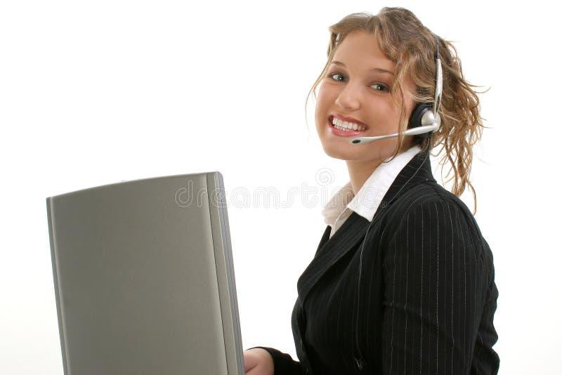Belle jeune Madame avec l'ordinateur portable et l'écouteur photographie stock