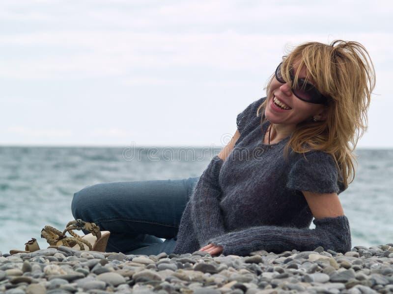 Belle jeune Madame souriant sur la plage photo stock