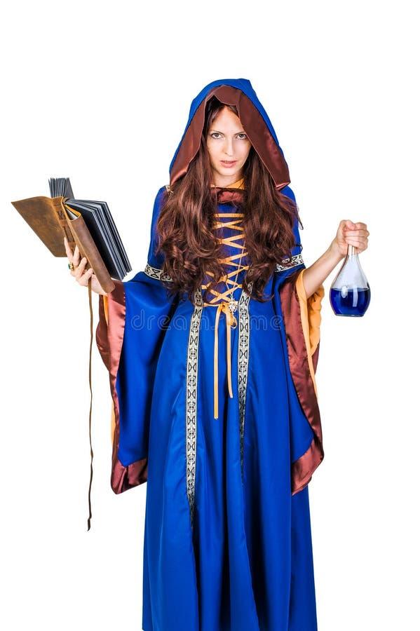 Belle jeune magie de bâti de fille de sorcière de Halloween image libre de droits