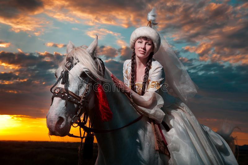 Belle jeune mariée à cheval image stock