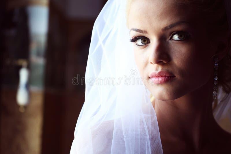 Belle jeune mariée à la lumière molle image libre de droits