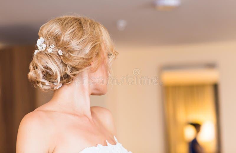 Belle jeune mariée élégante étant prête dans la chambre photos libres de droits