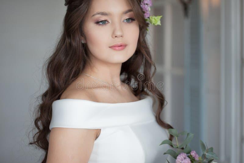 Belle jeune mari?e ?l?gante dans la robe blanche Une jeune femme avec du charme se marie  images libres de droits