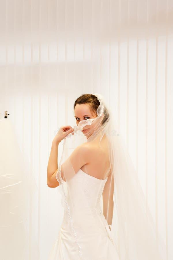 Belle jeune mariée. photos stock