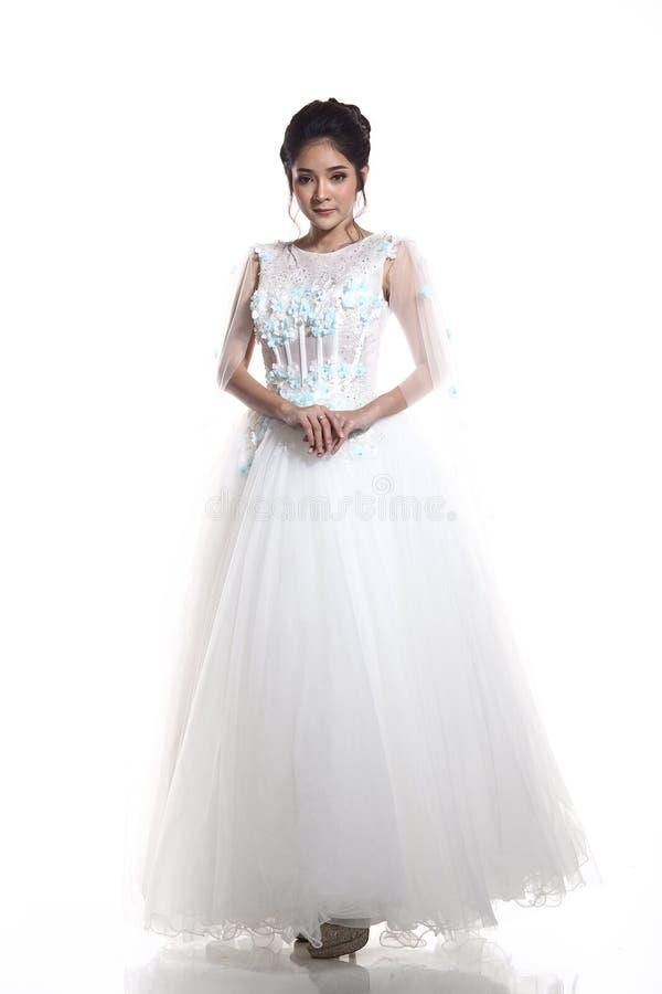 Belle belle jeune mariée asiatique de femme dans la robe blanche W de robe de mariage photos libres de droits