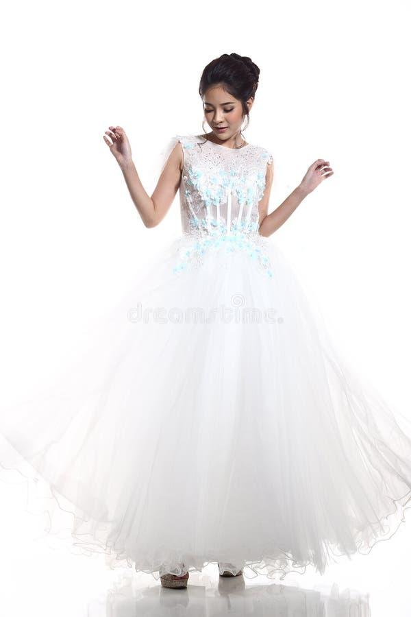 Belle belle jeune mariée asiatique de femme dans la robe blanche W de robe de mariage photo libre de droits