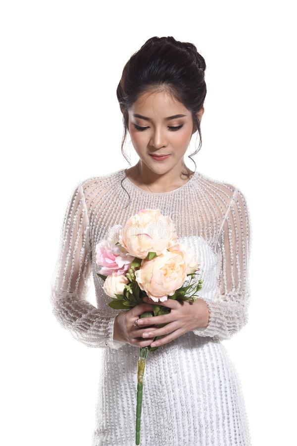 Belle belle jeune mariée asiatique de femme dans la robe blanche W de robe de mariage photo stock