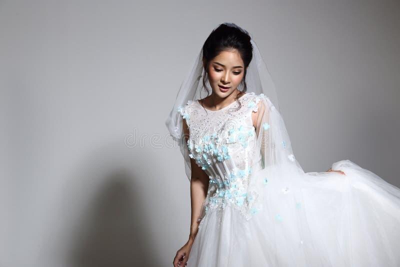 Belle belle jeune mariée asiatique de femme dans la robe blanche W de robe de mariage photos stock