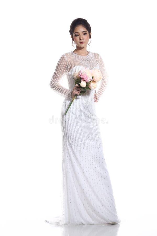 Belle belle jeune mariée asiatique de femme dans la robe blanche W de robe de mariage images stock