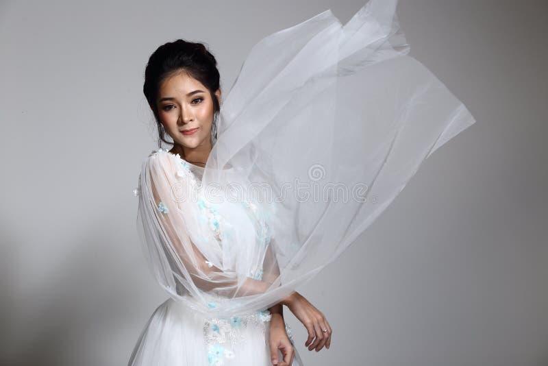 Belle belle jeune mariée asiatique de femme dans la robe blanche W de robe de mariage photographie stock