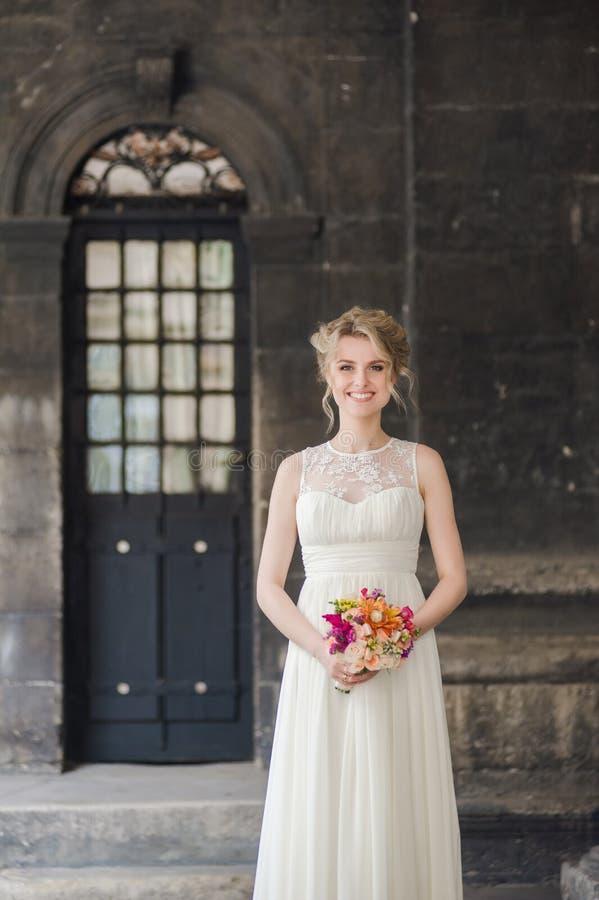 Belle jeune mariée avec le bouquet avant cérémonie de mariage photo libre de droits