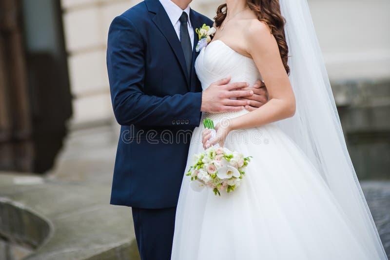 Belle jeune mariée avec le grand bouquet de mariage photos stock