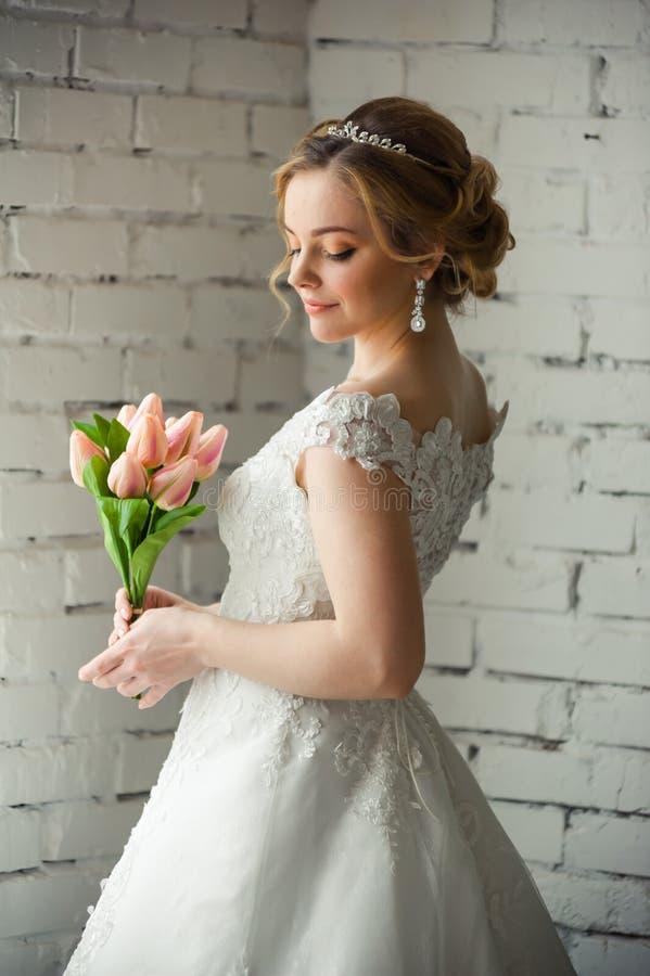 Belle jeune mariée avec le grand bouquet de mariage avant cérémonie de mariage images stock