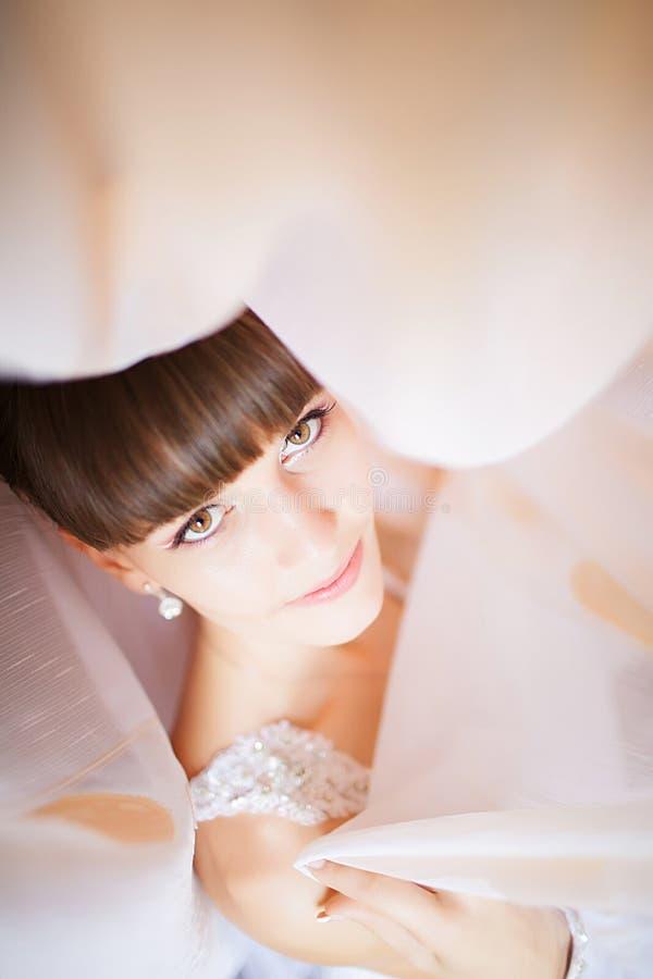 Belle jeune jeune mariée avec le maquillage et la coiffure de mariage dans le bedro image libre de droits