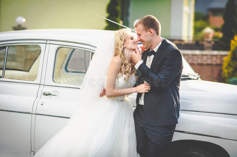 Belle jeune mariée blonde magnifique et marié élégant sur le backgro photos stock
