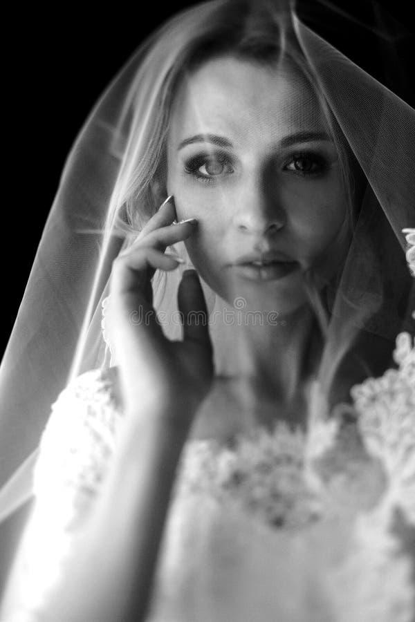 Belle jeune mariée blonde noire et blanche de mariage dans le maquillage photos stock