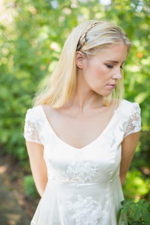 Belle jeune mariée blonde satisfaite photos libres de droits