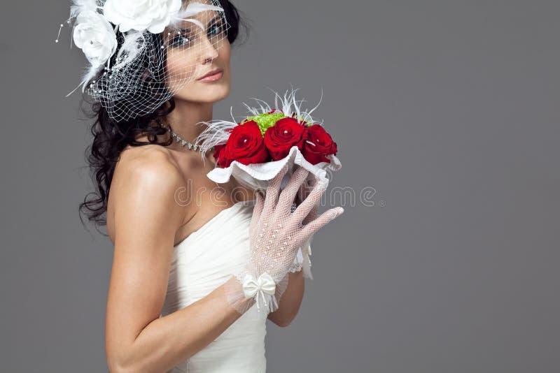 Belle jeune mariée dans la longue robe de mariage. photographie stock