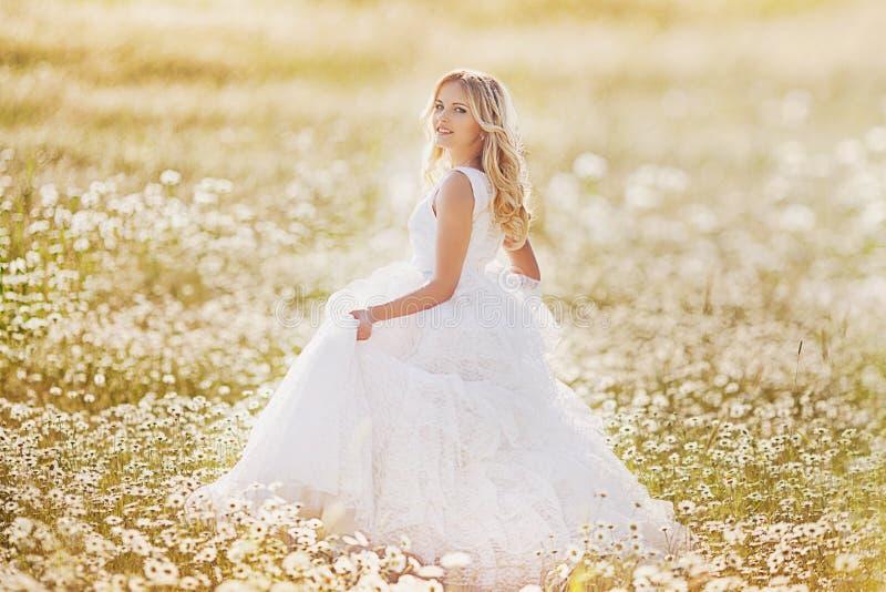 Belle jeune mariée dans un domaine photo stock