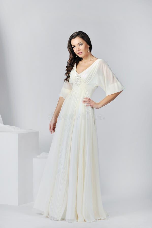 Belle jeune mariée dans une robe de mariage luxueuse photographie stock