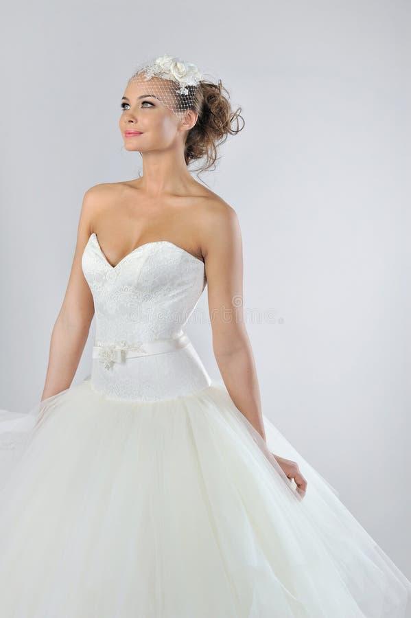 Belle jeune mariée dans une robe de mariage luxueuse photographie stock libre de droits