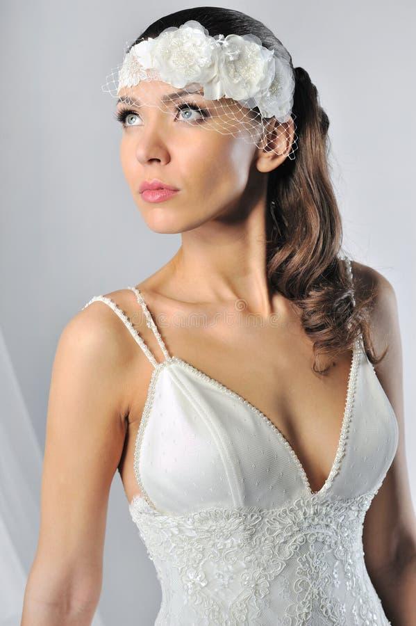 Belle jeune mariée dans une robe de mariage luxueuse photo libre de droits