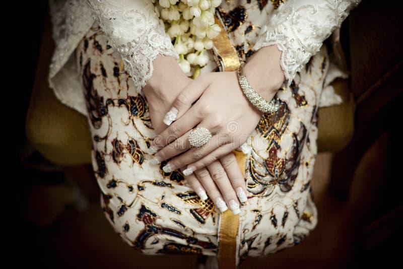 Belle jeune mariée de Javanese employant Kebaya et batik de Yogyakarta image stock