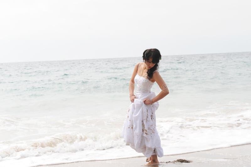Belle jeune mariée féminine images stock