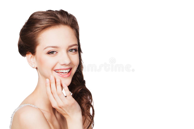 Belle jeune mariée heureuse sur le fond blanc photos stock