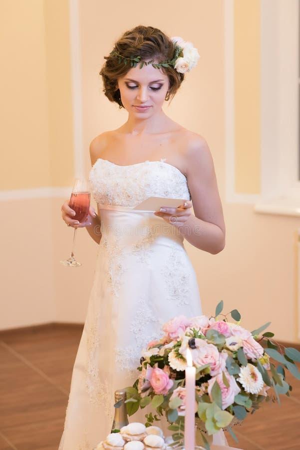 Belle jeune mariée lisant une note photographie stock