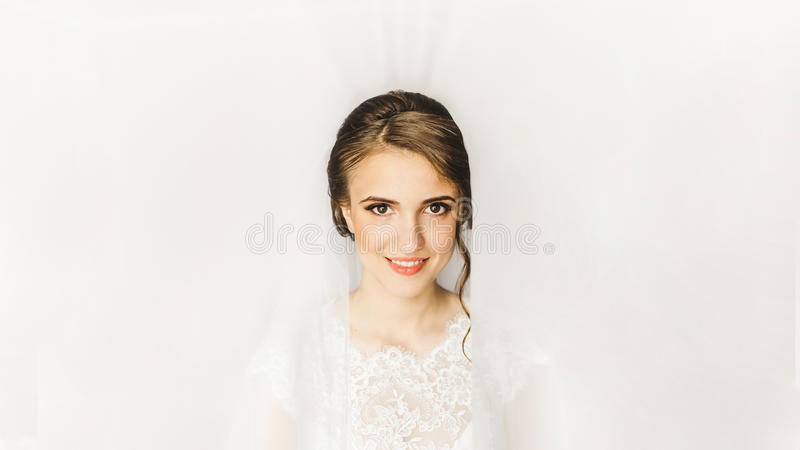 Belle jeune mariée Matin la jeune mariée images stock