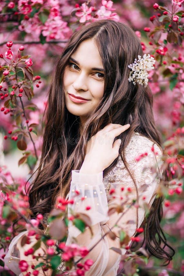 Belle jeune mariée mignonne de fille dans la robe transparente de dentelle de boudoir, avec la décoration sur les cheveux, sourir image stock